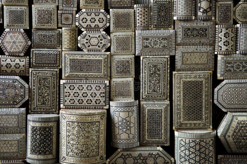 把开罗埃及市场souk纪念品装箱 库存照片