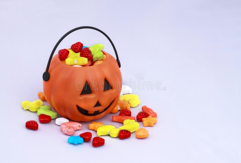 把戏或款待与甜点的糖果篮子 免版税图库摄影