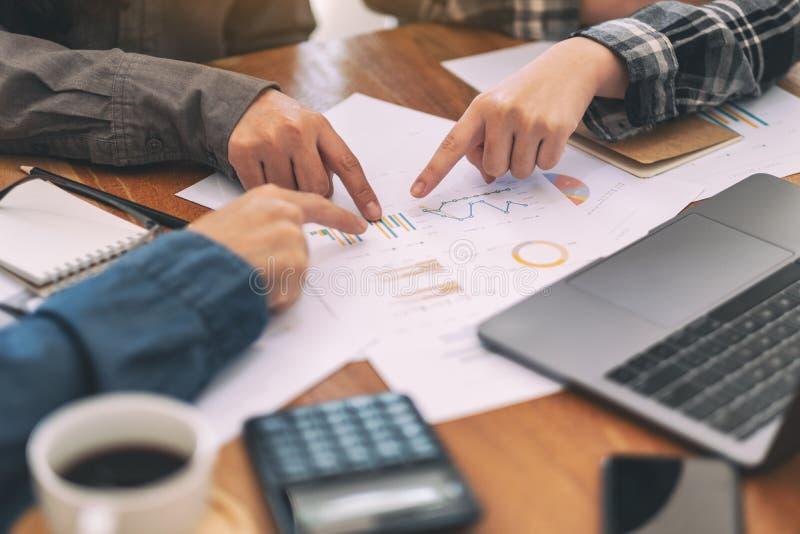 把手指指向的商人文书工作,当一起谈论事务在会议时 免版税库存图片