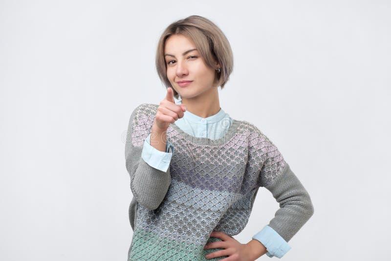 把手指指向的年轻俏丽的妇女您 免版税库存照片