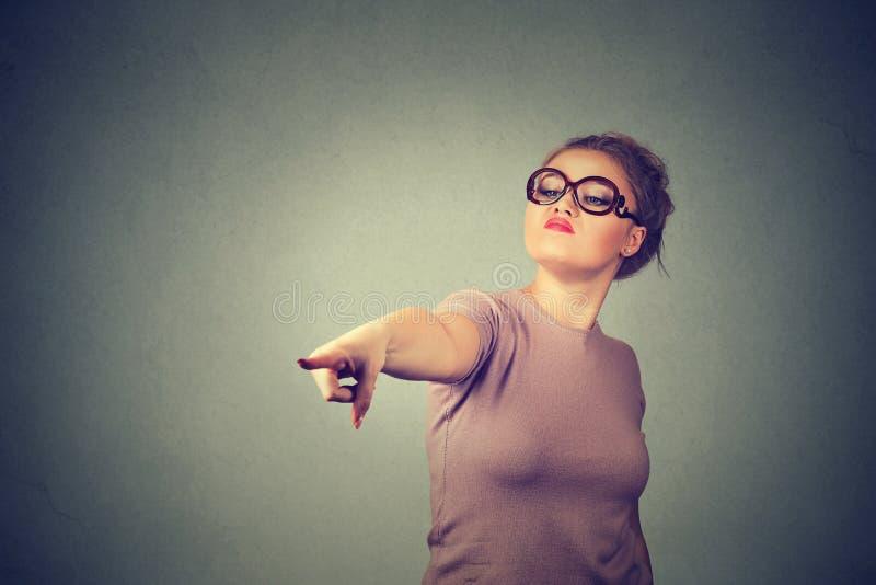 把手指指向的恼怒的妇女照相机 消极人的情感 库存照片