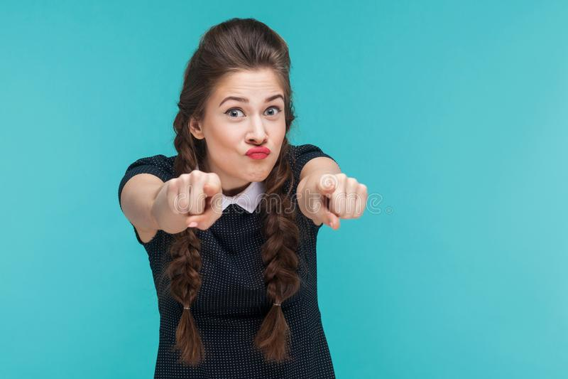把手指指向的疯狂的妇女特写镜头画象照相机 免版税图库摄影