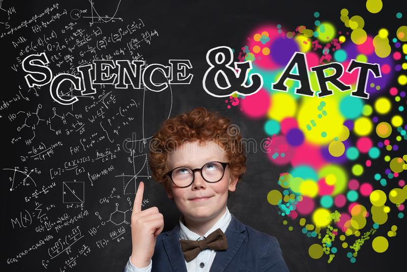 把手指指向的聪明的孩子科学和艺术题字 免版税库存照片