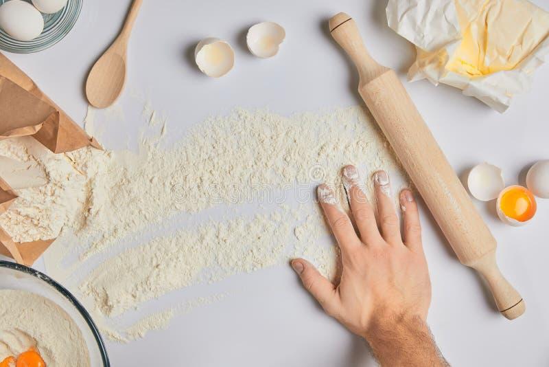 把手放的厨师在桌上用面粉 免版税图库摄影