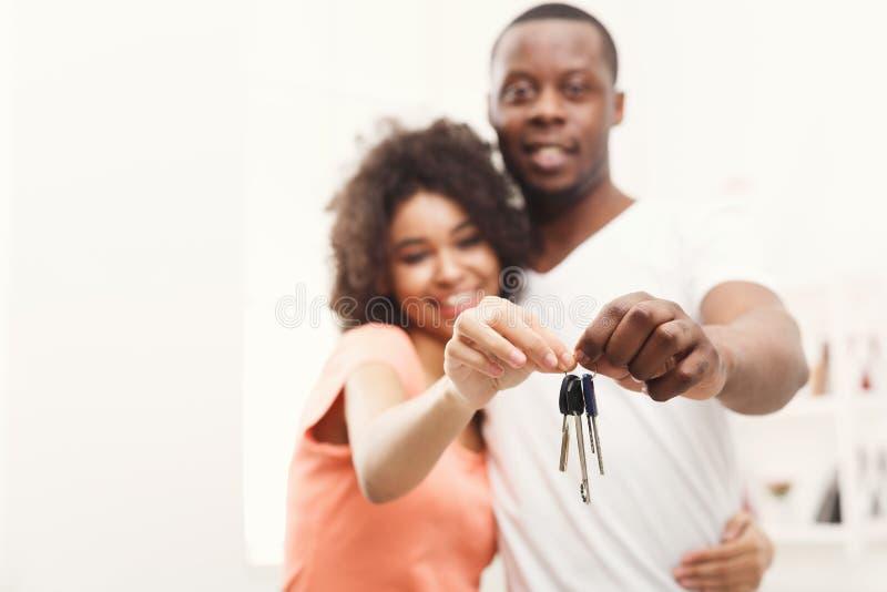 把握他们新的家的关键愉快的黑夫妇 免版税库存照片