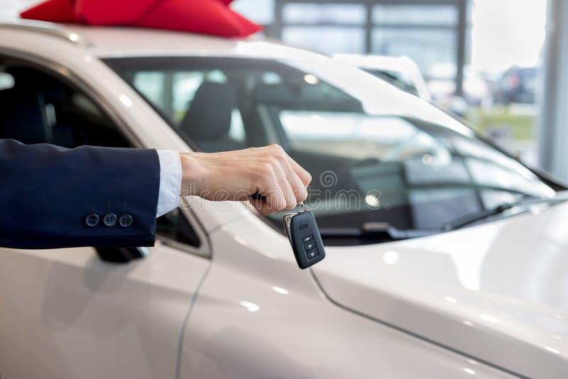 把握关键的经销商对一辆新的汽车 现代和有名望的车 库存照片