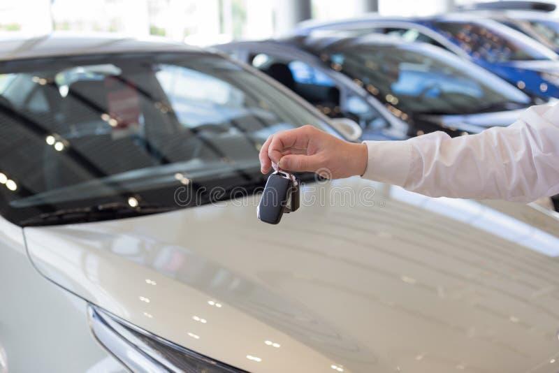 把握关键的经销商对一辆新的汽车 现代和有名望的车 免版税图库摄影