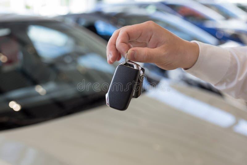 把握关键的经销商对一辆新的汽车 现代和有名望的车 免版税库存图片