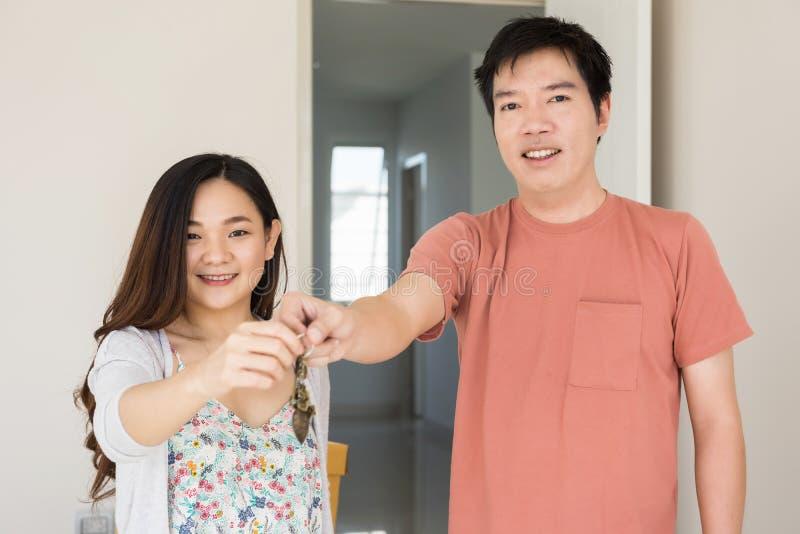 把握新房的关键愉快的夫妇 图库摄影