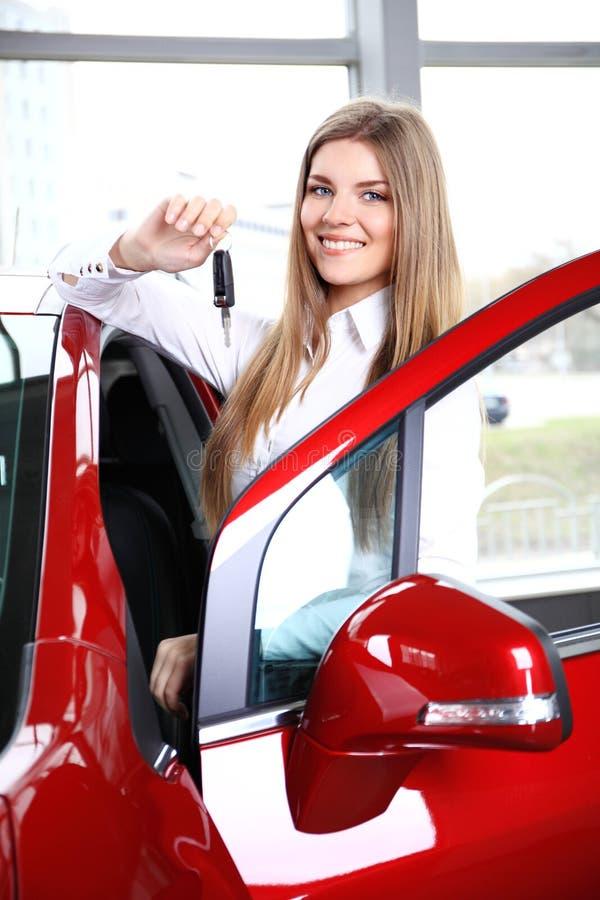 把握汽车关键的妇女司机 免版税库存图片