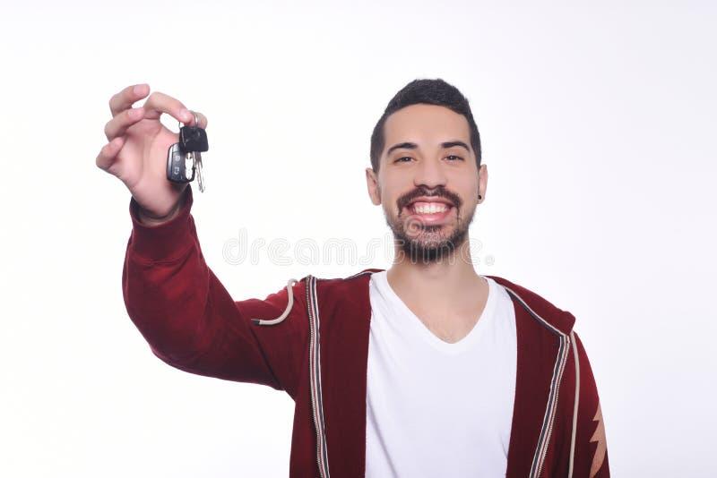 把握汽车关键的年轻拉丁人画象  库存图片