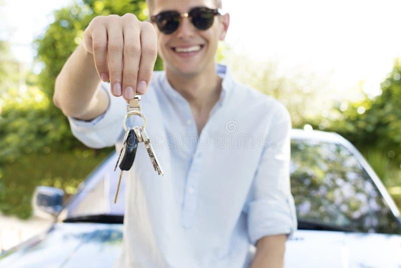 把握汽车关键的青少年的男孩 库存图片