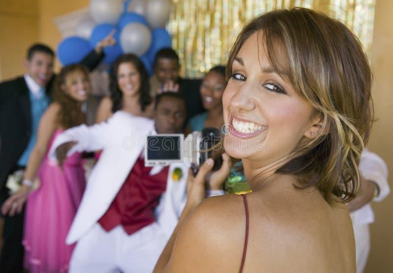 把朋友录音的穿着体面的少年女孩录影在学校舞蹈 库存图片