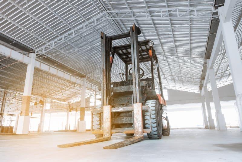 把柄材料的起重机铲车在建造场所 免版税库存照片