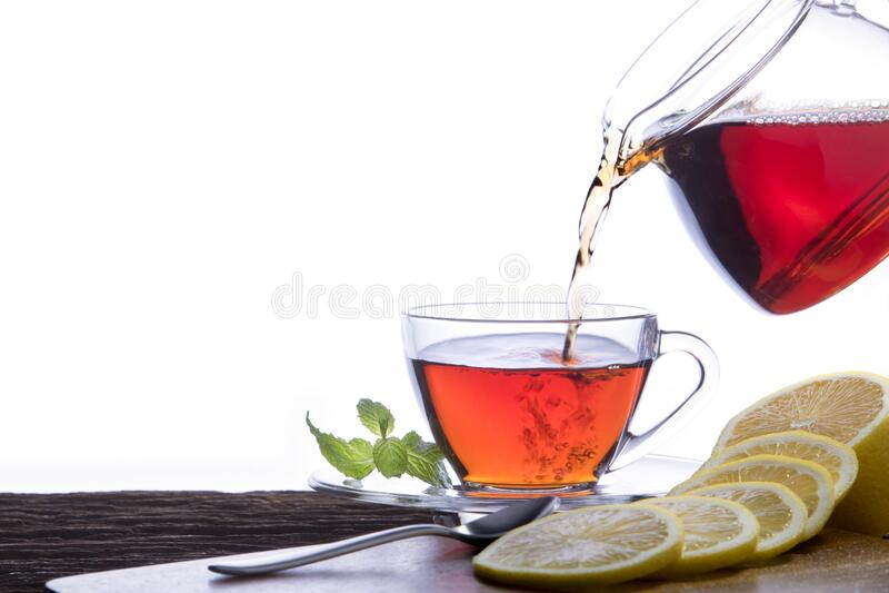 把热茶倒进杯子里 库存图片