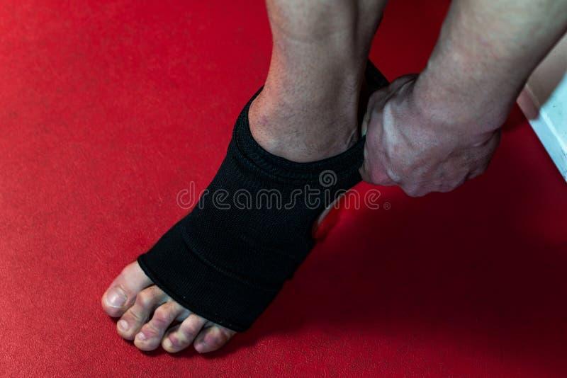 把皮带放的战斗机在他的脚上 免版税图库摄影