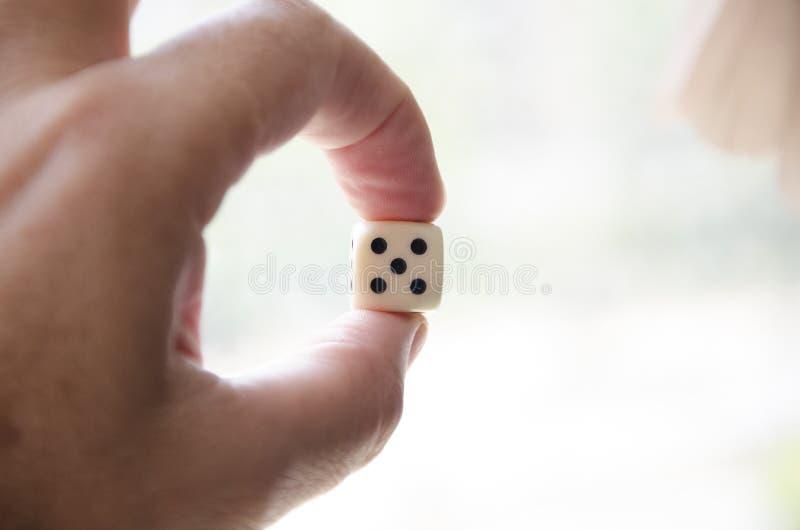 把第五切成小方块采取与手指 库存照片