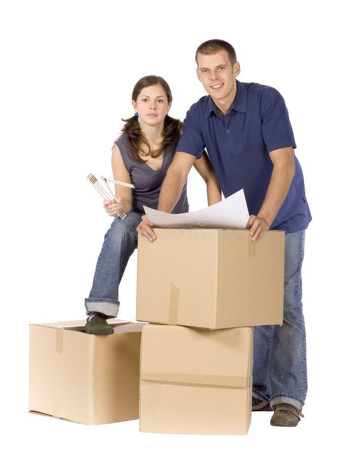 把纸板夫妇房子整修装箱 库存照片