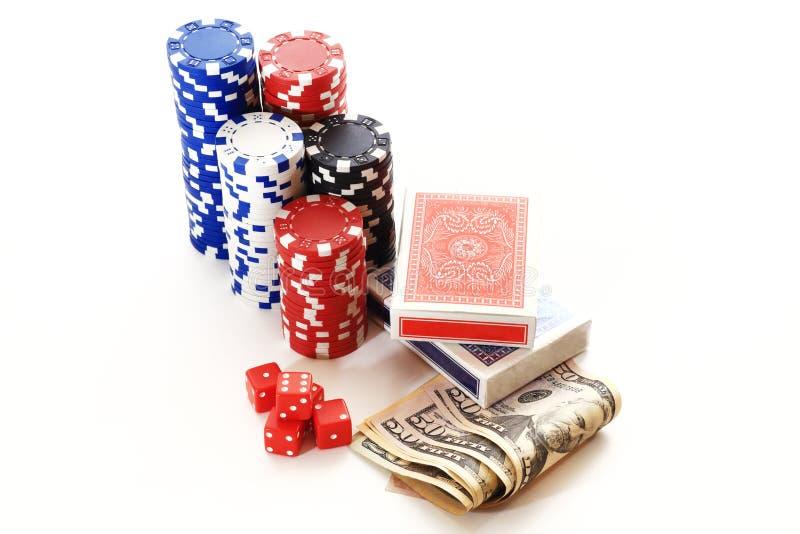 把纸牌筹码在白色背景的卡片金钱切成小方块 免版税库存照片
