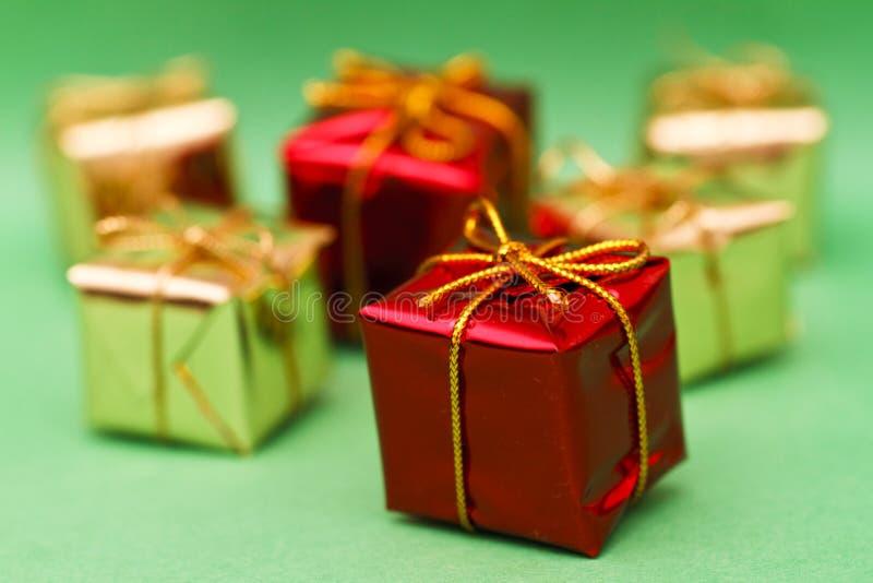 把被包裹的礼品装箱 图库摄影