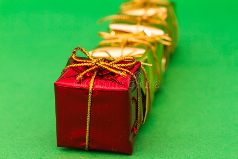 把被包裹的礼品装箱 库存照片