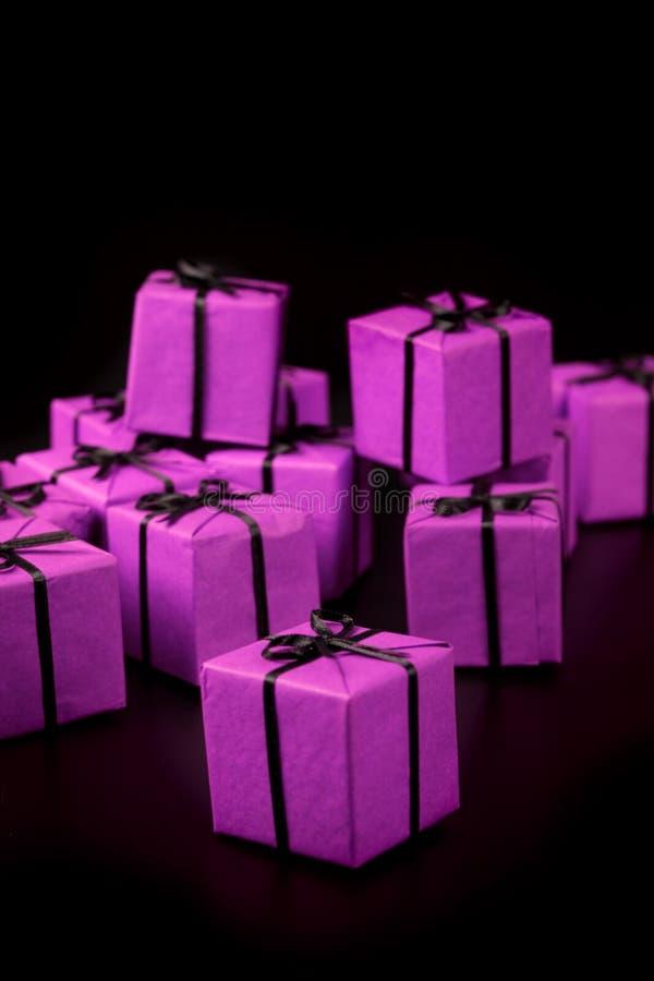 把许多的礼品装箱紫罗兰 免版税库存照片