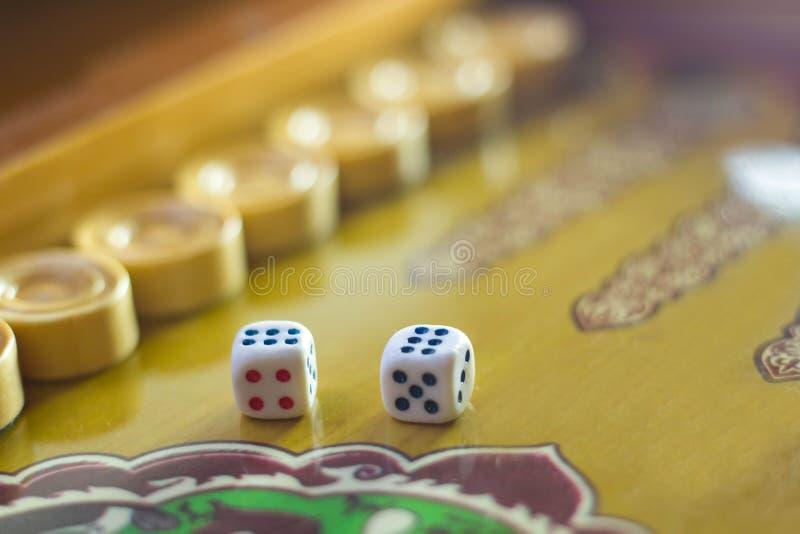 把集切成小方块 戏剧步步高台式游戏机 在老棋的滚动的模子 免版税库存图片