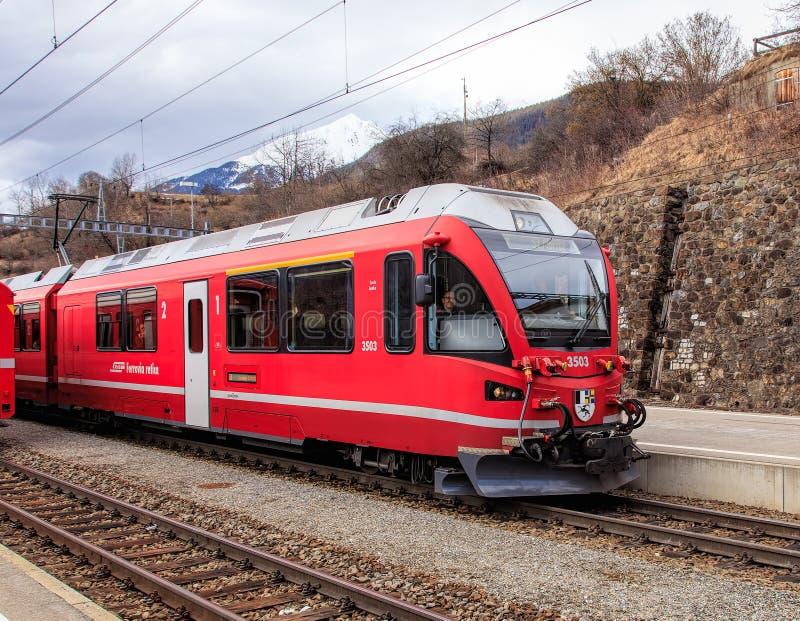 把Filisur火车站留在的雷蒂亚铁路火车在Sw 图库摄影