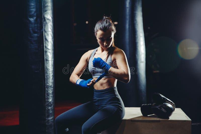 把MUTTAHIDA MAJLIS-E-AMAL装箱的女孩运动员 免版税库存照片