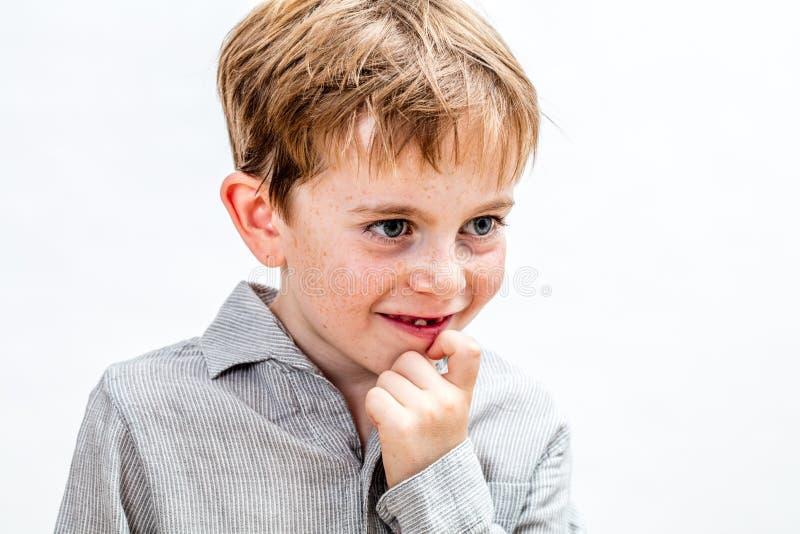 抓他的下巴的周道的厚颜无耻的孩子想象或密谋 库存照片