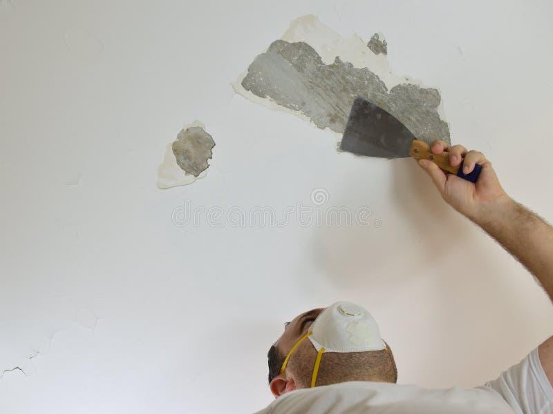 抓天花板的人 图库摄影