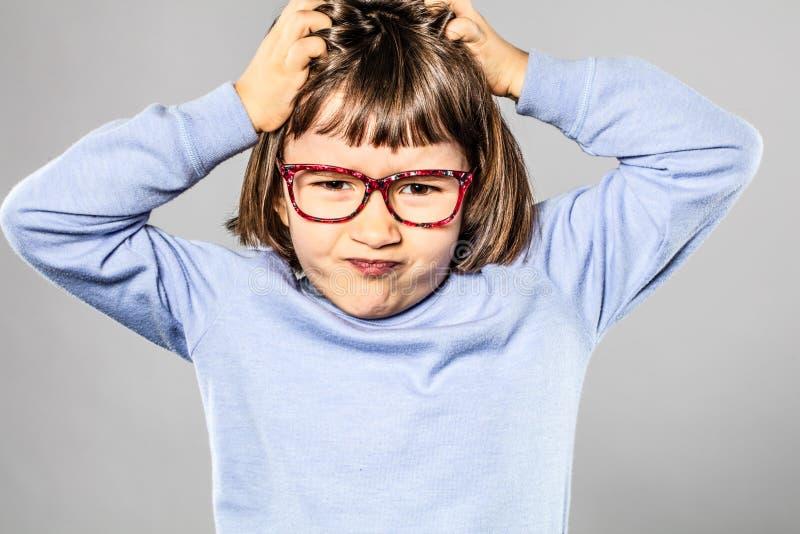 抓小勃然大怒或痒的过敏的懊恼孩子头 免版税库存图片