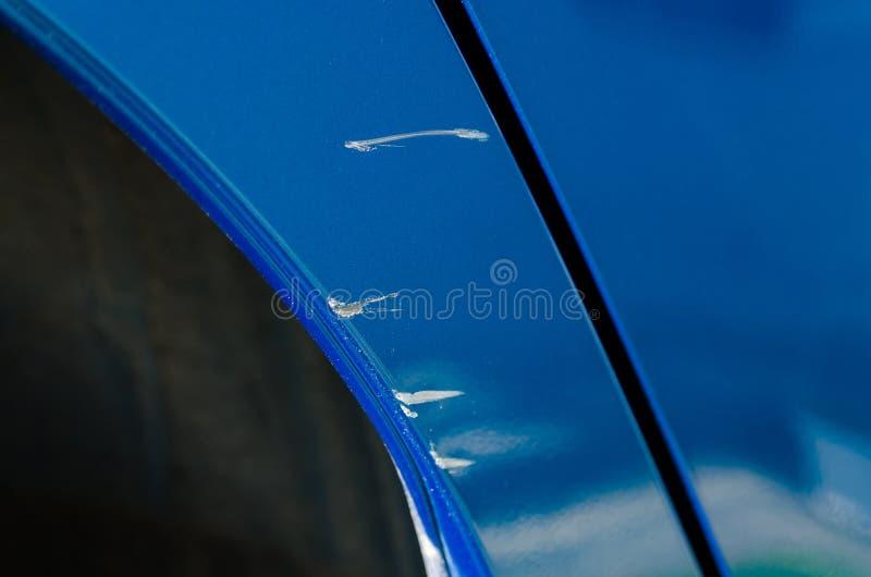 抓痕的特写镜头在蓝色汽车的 免版税库存照片