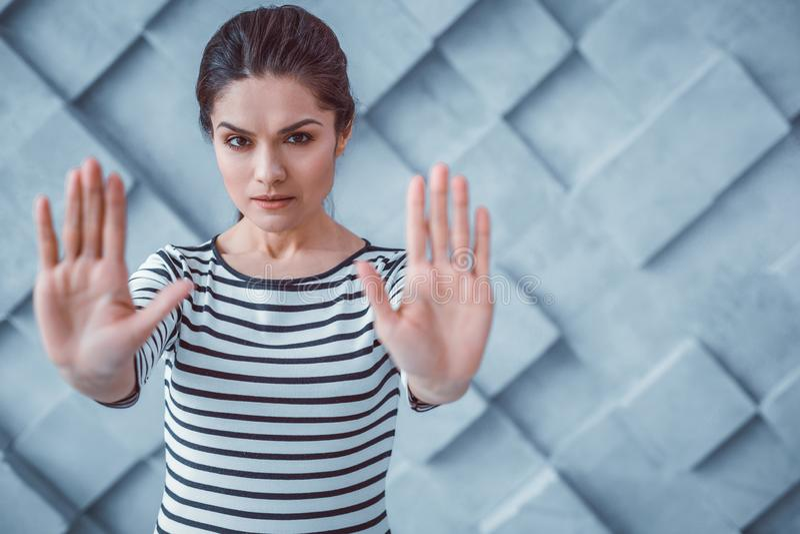 抓紧进行她的手的异议深色头发的妇女 库存照片