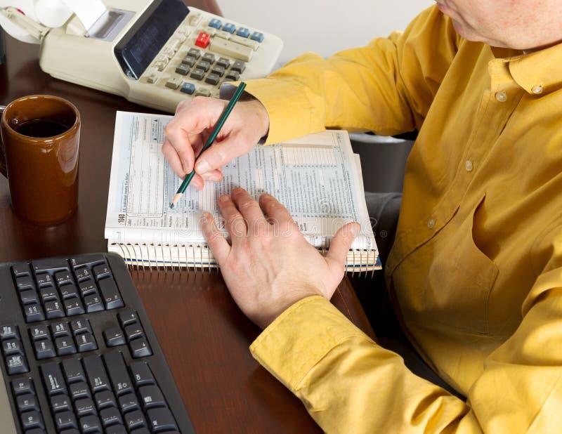 投入信息的成熟人在税表里 库存照片