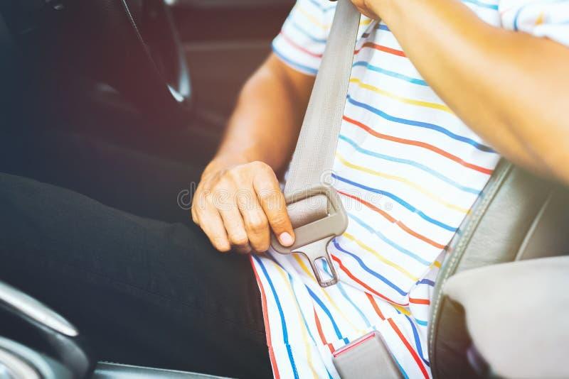 投入在他的游乐器具的人在他的汽车 安全推进概念 免版税库存照片