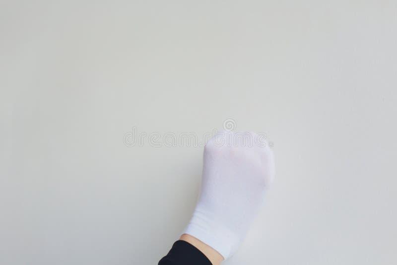 E 投入在她的pointe鞋子的接近的芭蕾女孩坐地板,被弄脏 免版税图库摄影