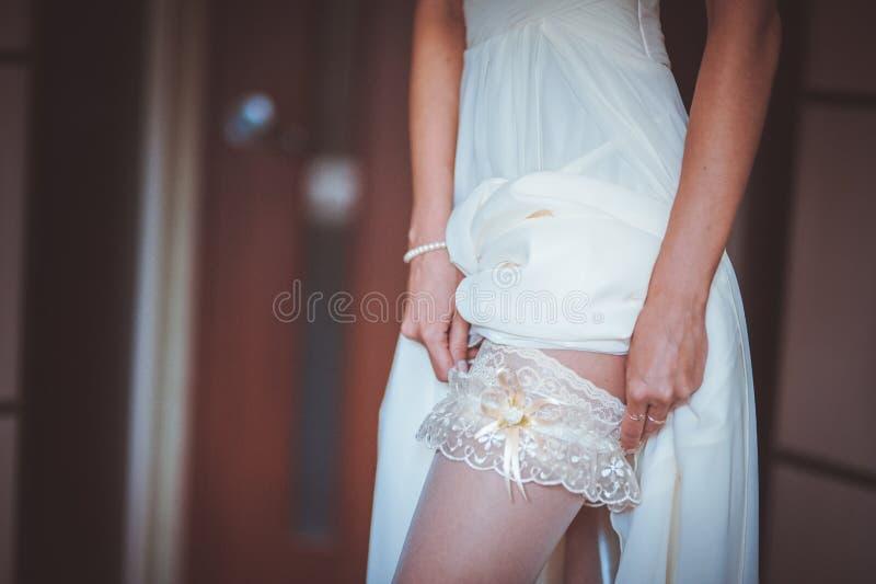 投入在白色袜带的新娘 库存照片