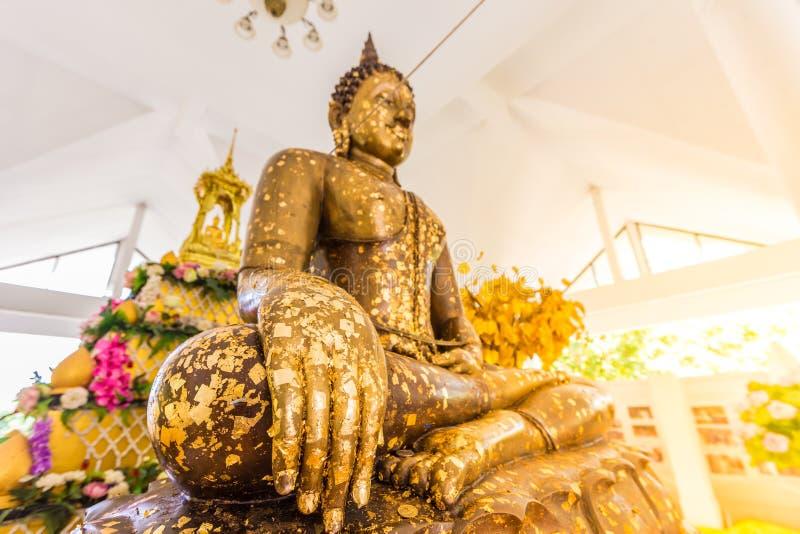 投入在菩萨雕象上的金叶镀金 哪些人民使用t 免版税库存照片