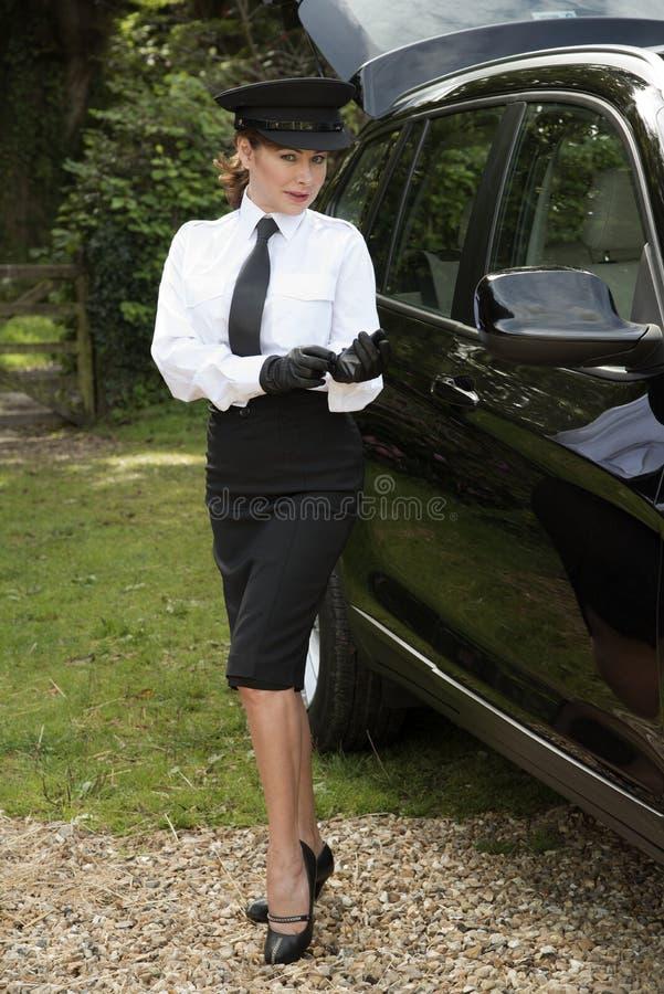 投入在驾驶手套的专业司机 库存照片