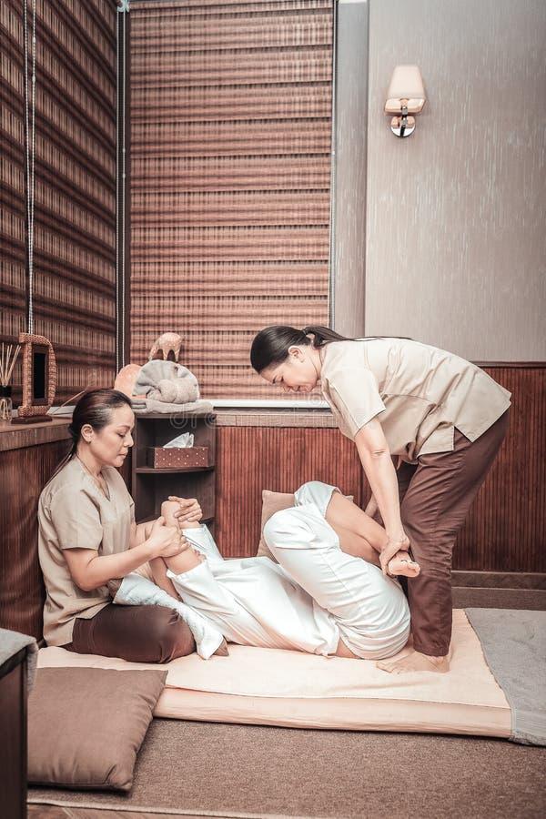 投入她的客户腿的好亚裔妇女横渡了 免版税库存图片