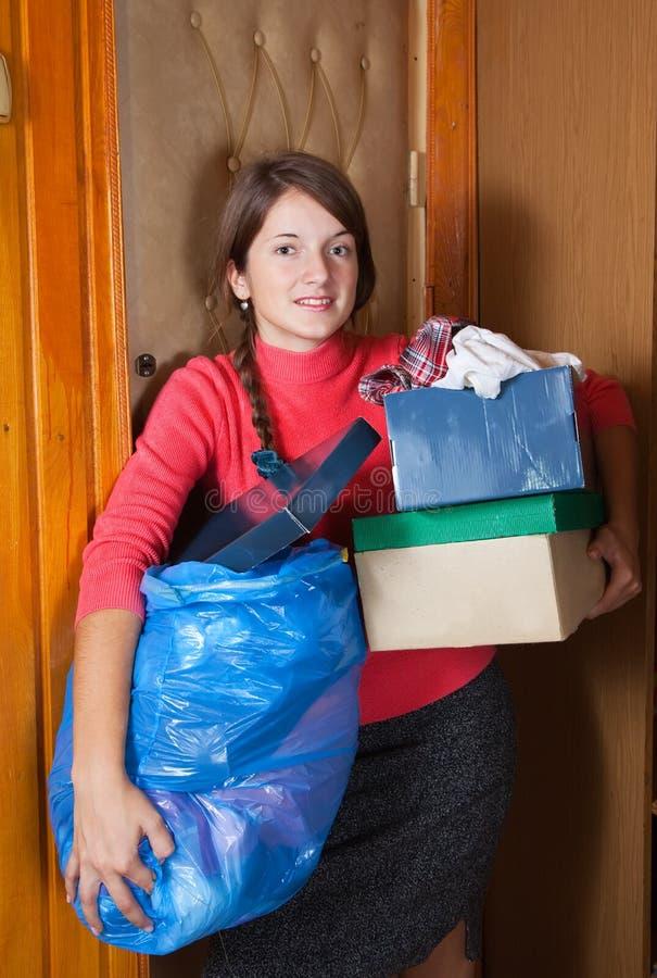 投入妇女的垃圾 库存图片