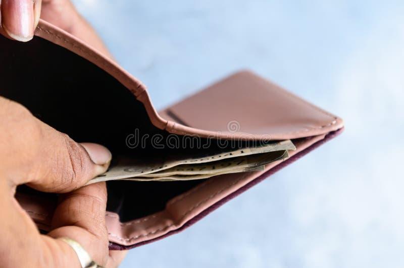 投入或采取或支付从皮革钱包的商人印度卢比钞票 : 赢得危机 库存图片