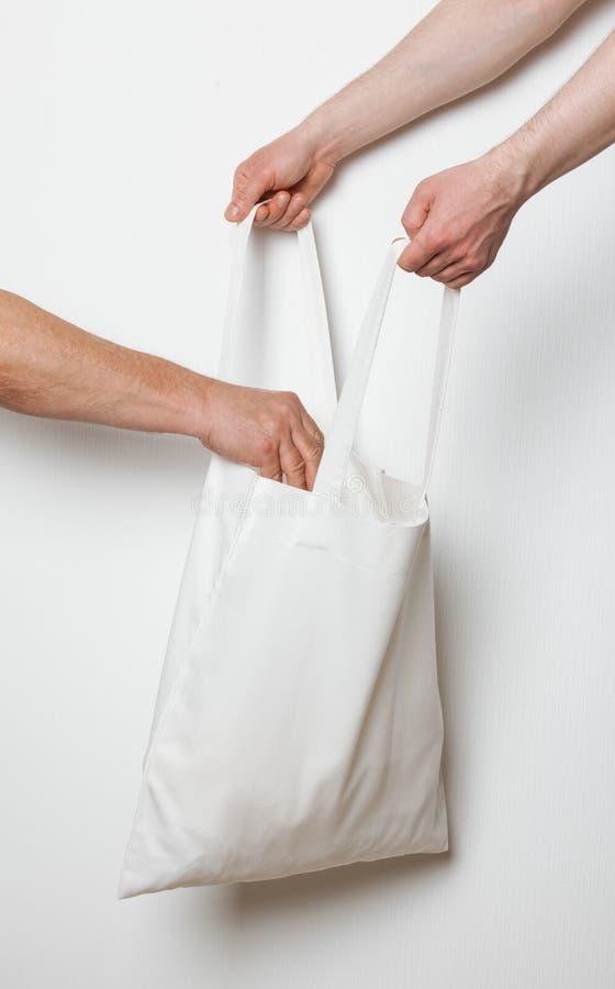 投入某事的人在纺织品袋子 免版税图库摄影