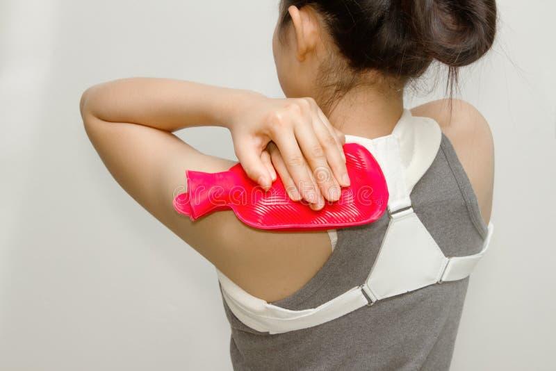 投入热裹法的妇女在她的肩膀痛苦 图库摄影