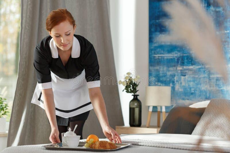投入盘子用果子的女服务生 免版税库存图片