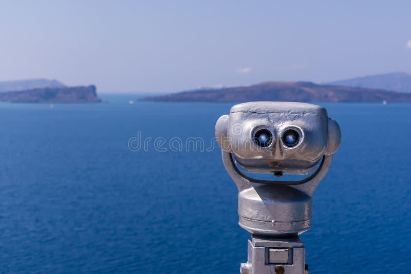 投入硬币后自动操作的双筒望远镜在圣托里尼海岛,希腊 库存图片