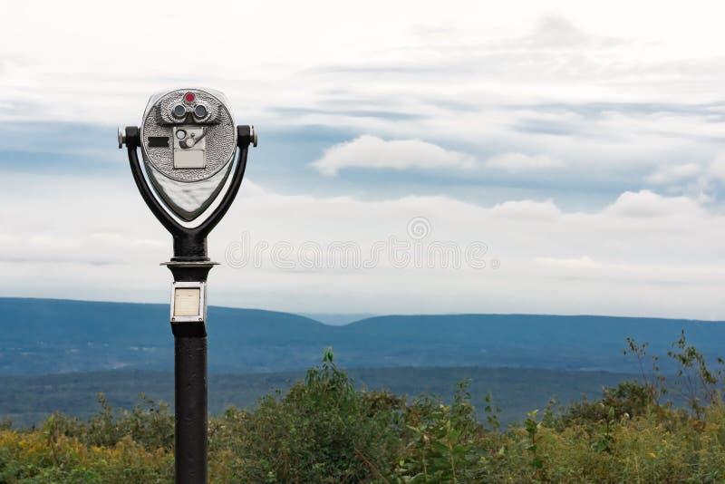 投入硬币后自动操作的反光镜在公园 免版税库存照片