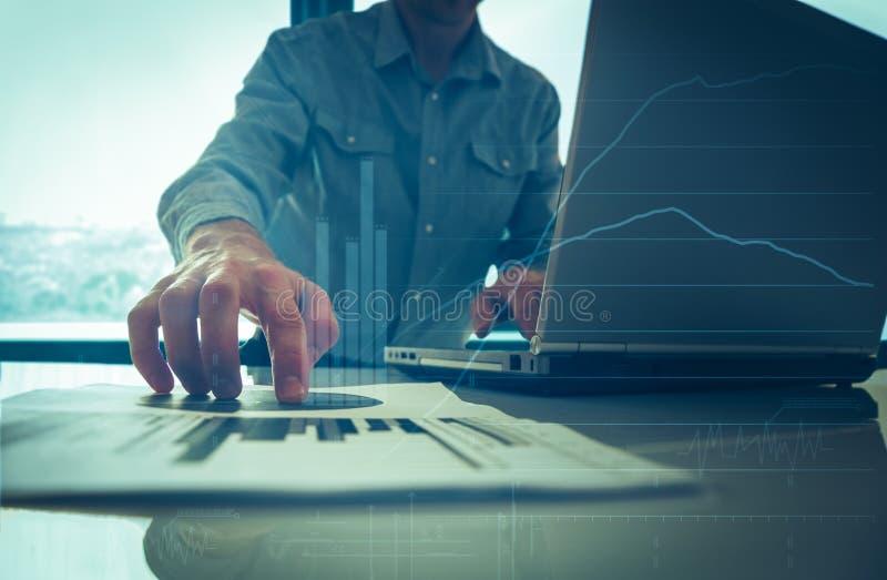投入他的想法和写经营计划的商人在工作场所,拿着纸的人,做笔记在文件,  免版税库存图片