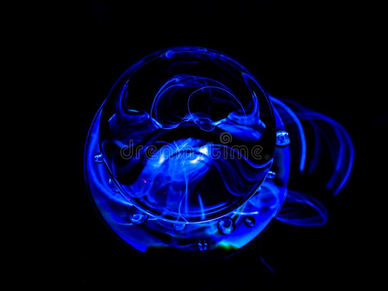 投出通过与一条卷起的尾巴的空间的蓝色球形 库存照片